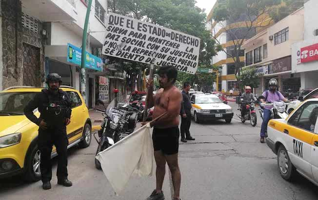 En calzones, hombre protestó contraalcalde