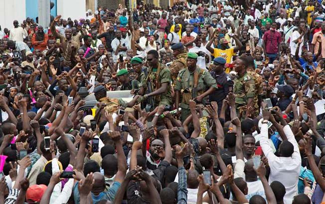 Miles de manifestantes aclaman a militares golpistas enMali