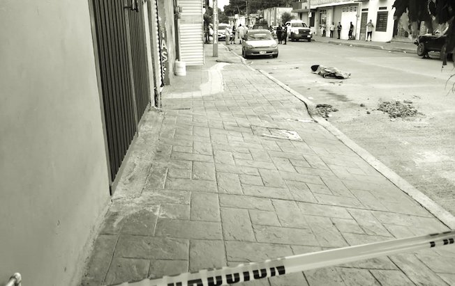Sacan a la calle cadáver de migrantehaitiano