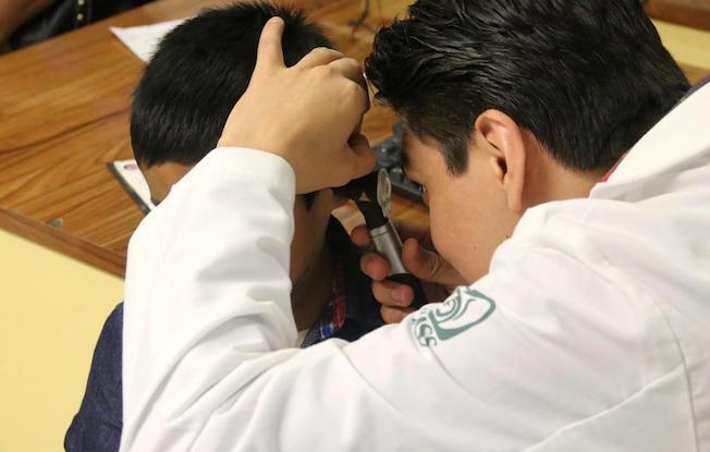 IMSS atiende a pacientes con disminuciónauditiva