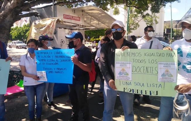 Demandan maestros entrega equitativa deplazas