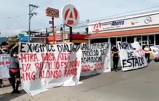 Normalistas y maestros realizan protestas enTuxtla