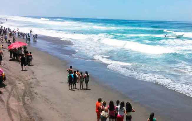 Miles de turistas visitan playas cerradas enTonalá