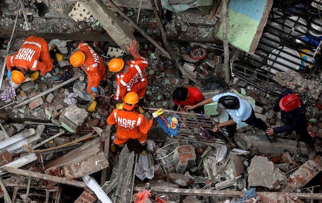 Se desploma un edificio de tres pisos en India; hay 26muertos