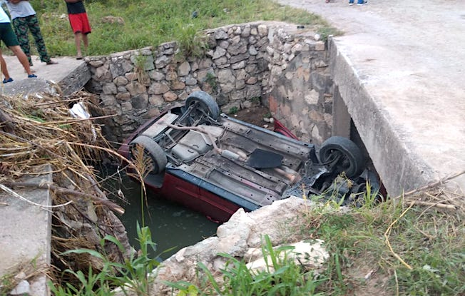 Camioneta terminó en canal de aguasnegras