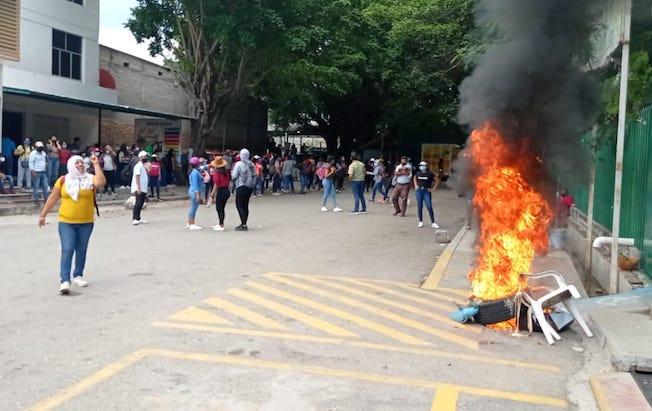 Normalistas vandalizaron la Secretaría deEducación