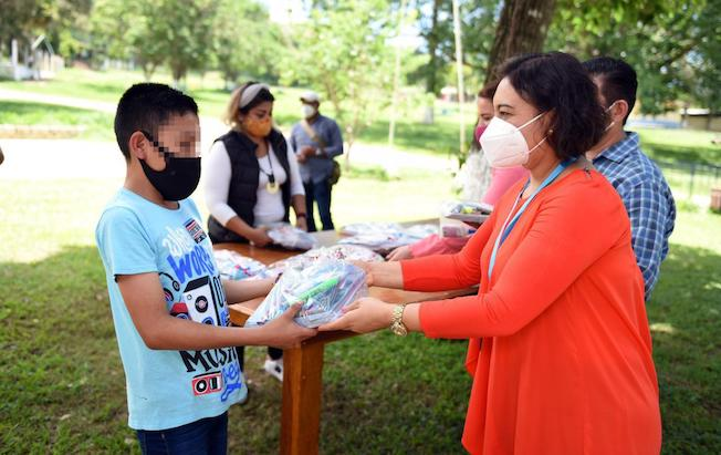 Entrega Voluntariado FGE donación de kitsescolares
